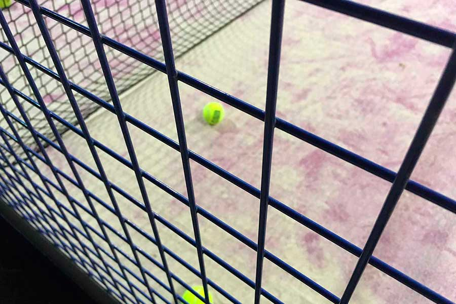 Важность тренера на скамейке для команды игры в падел-теннис.