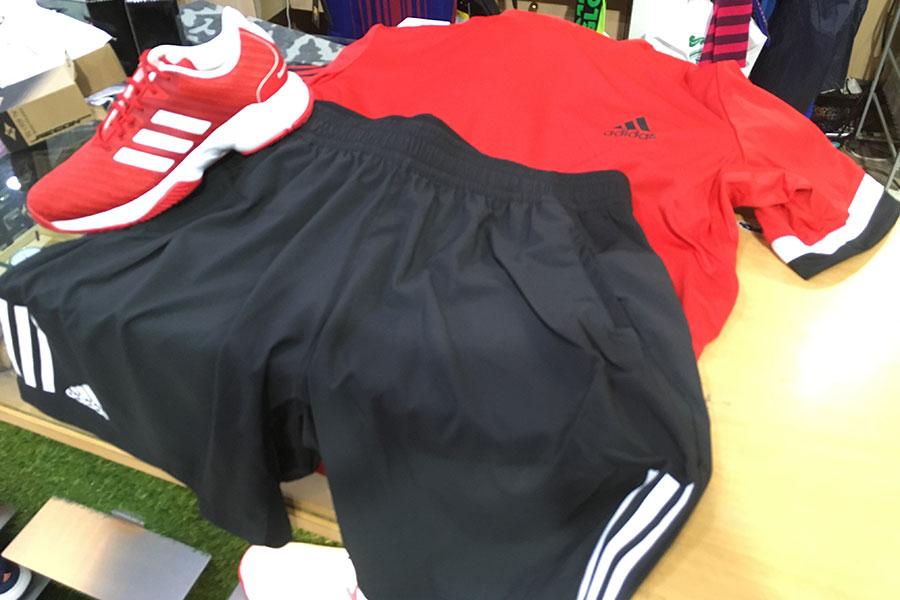 Выберите спортивную одежду для игры в падел-теннис.