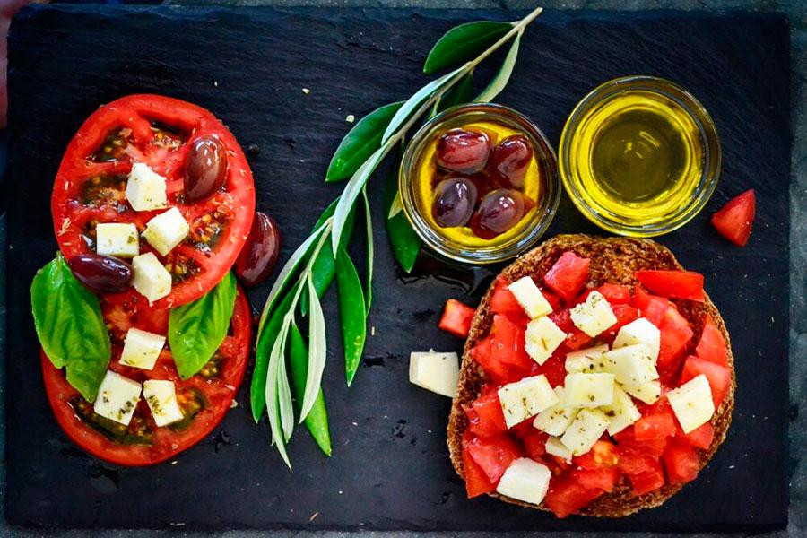 Преимущества средиземноморской диеты для выносливости игроков в падел-теннис.